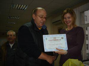 Сертифікат про проходження семінару від генерального секретаря ФЛСУ Юлії Сипаренко отримує Вадим Блонський